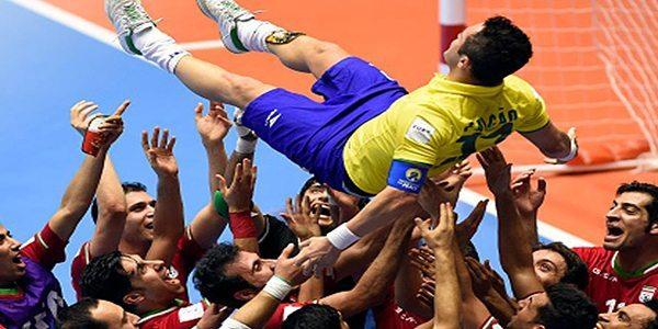 שחקני אירן בתצוגה ספורטיבית גדולה, מעודדים את פלקאו. Esporte Interativo©