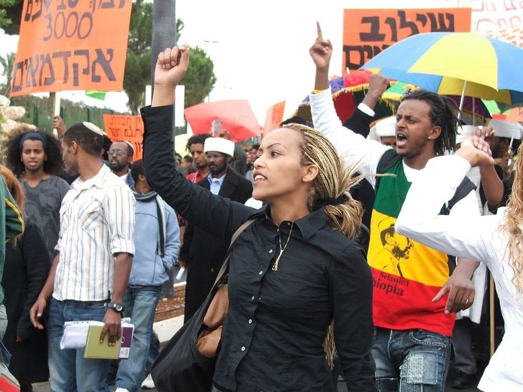 מאתיופיה באהבה/אפליה, מחאה וכדורגל