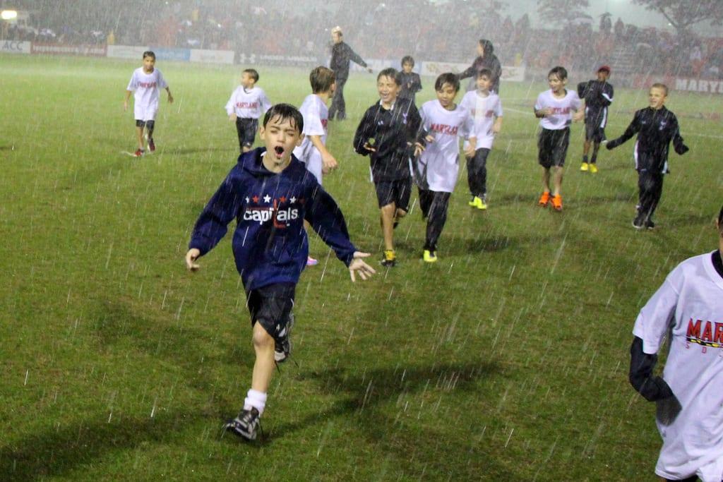 ילדים, כדורגל, גשם