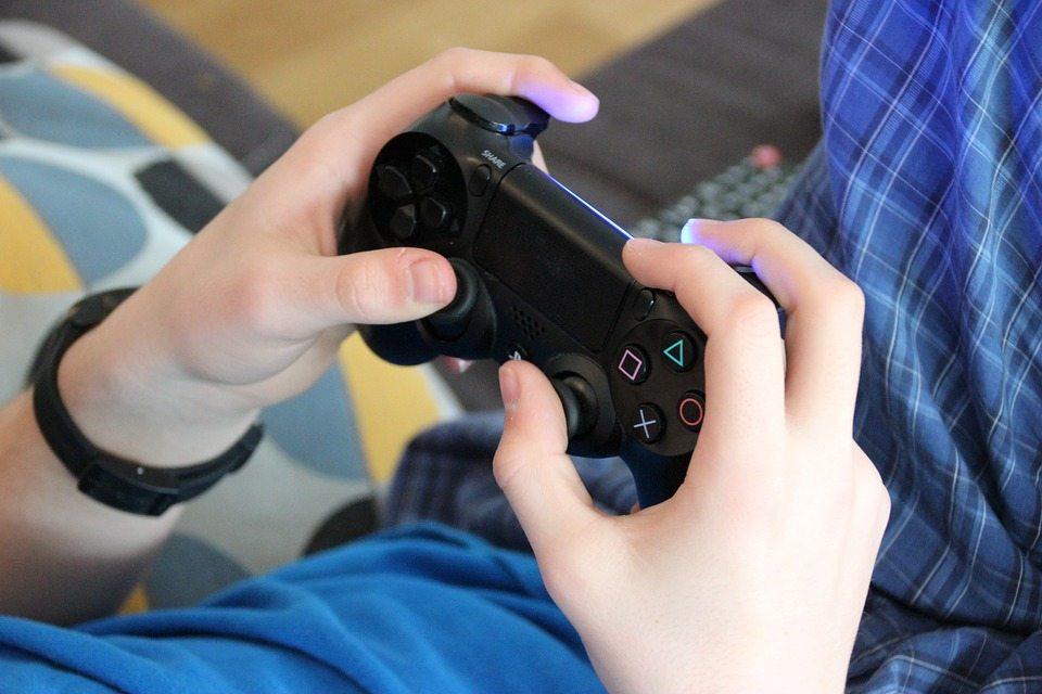 """משחקי וידאו, פלייסטיישן, אקס בוקס, שלט, פיפ""""א"""