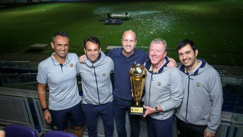 ג'ורדי קרויף, מקלארן והצוות חוגגים את הזכייה בגביע הטוטו (קרדיט Jordi Cruyff Twitter Page)