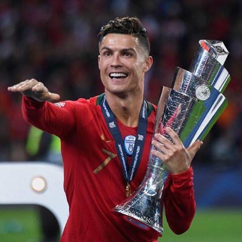 כריסטיאנו רונאלדו חוגג את הזכייה בליגת האומות. הכדורגלן הכי משפיע בדור האחרון?