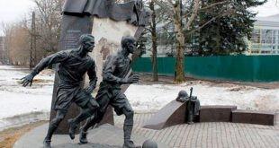 """האנדרטה למשחק הכדורגל משנת 1942, המכונה """"משחק המצור""""."""
