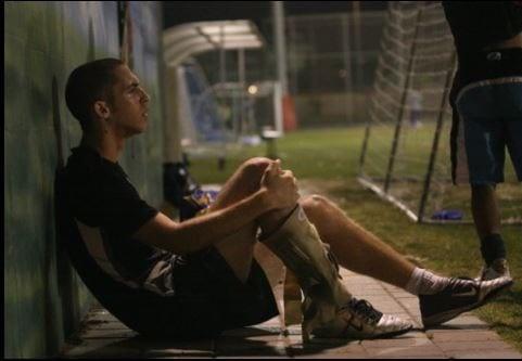 שחקן פצוע יושב בצד
